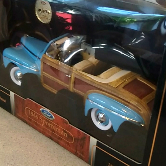 FORD 1946 SPORTSMAN Featuring scale 1:18
